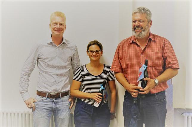 """Die """"Dankwein""""-Übergabe (Roter Bär) durch SPD-Ortsvereinsvorsitzenden Peter Schallmayer (links) erfreuten Nicole Messerschmid (Bauamt) und Bürgermeister Michael Scharf"""